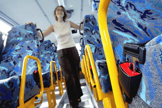 Inne på buss. Foto.