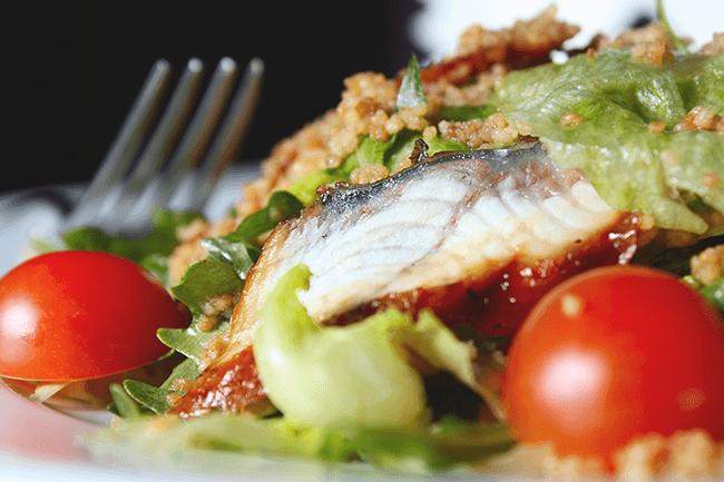 Fisk og grønnsaker på tallerken. Foto.