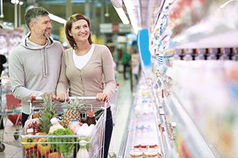 Mann og kvinne i dagligvarebutikk