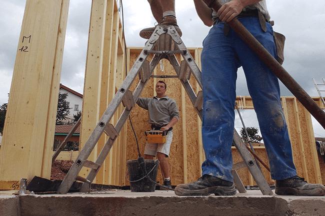 To snekkere bygger hus. Foto.