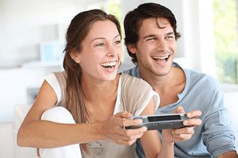 Par spiller tv-spill. Foto.