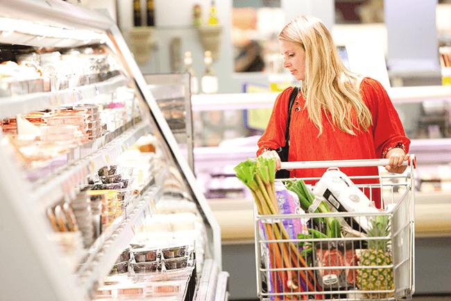 Kvinne handler i matbutikken. Foto.