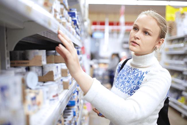 Kvinne i matbutikk.