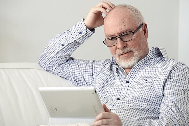Mann driver med iPad. Foto.