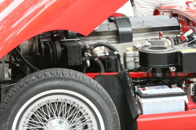 Bil med åpent panser.Foto.