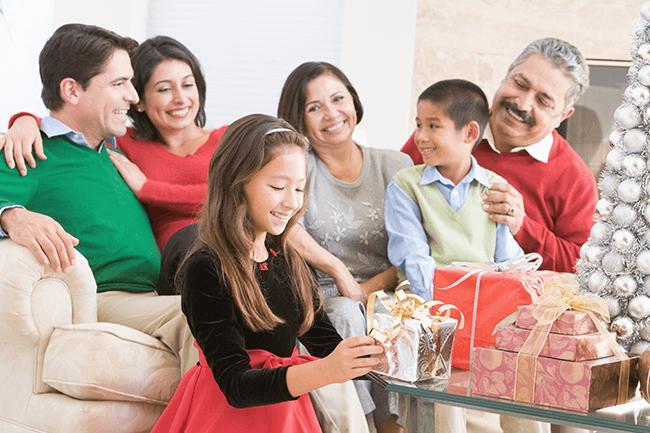 Familie pakker opp julegaver. Foto.