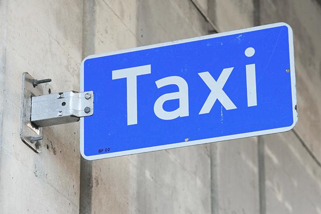 Taxiskilt. Foto.