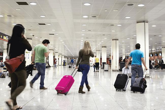 Folk på flyplass. Foto.