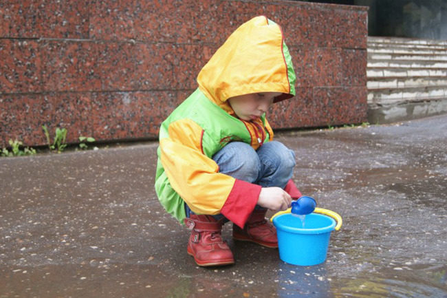 Barn i regnet.Foto.