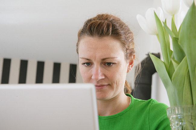 Oppgitt kvinne fremfor PC.foto