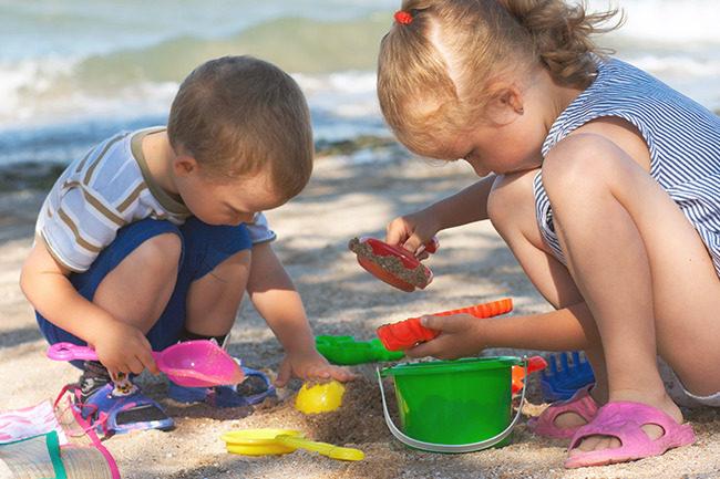 Barn leker. Foto.