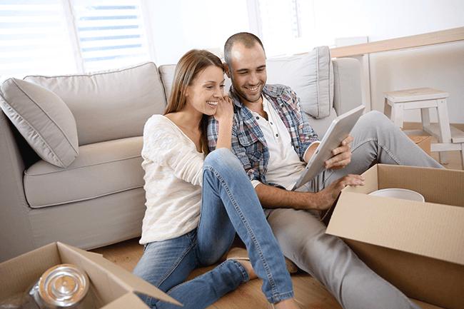 Yngre par flytter inn i leilighet. Foto.