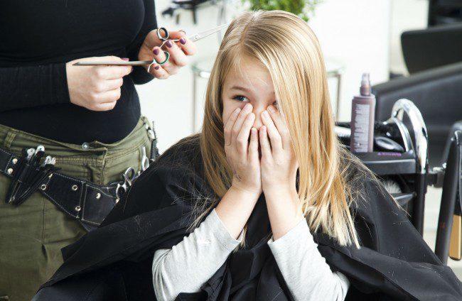 Forskrekket frisørkunde.Foto