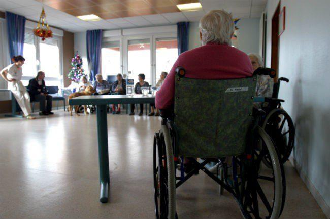 eldre mann i rullestol.Foto
