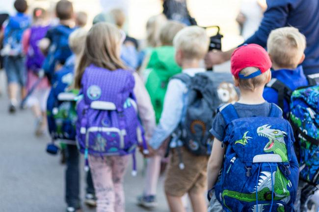 Barn på vei til SFO.foto