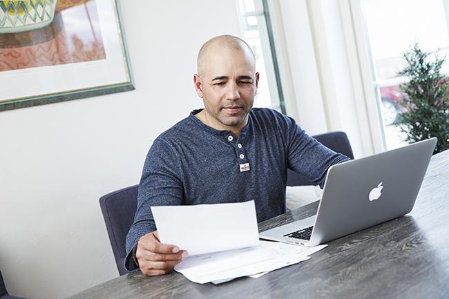 Mann ved PC.Foto