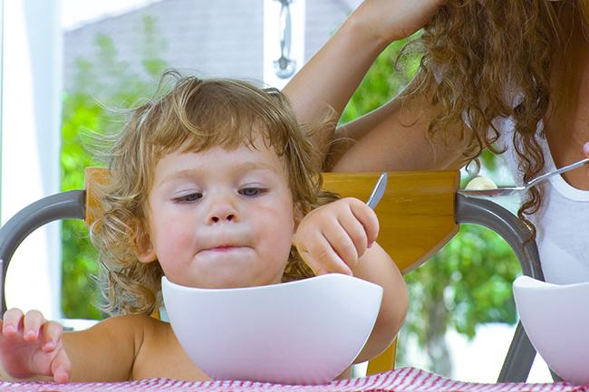 Barn spiser frokost.Foto