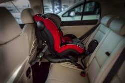 Småbarnstolen BeSafe iZi Plus festet med bilens belter, underforankringsbelter og støtteben.