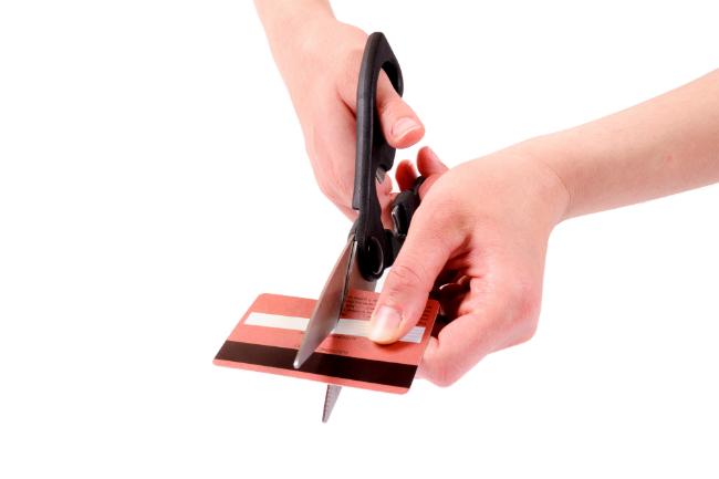 Klipper kredittkort i to.foto