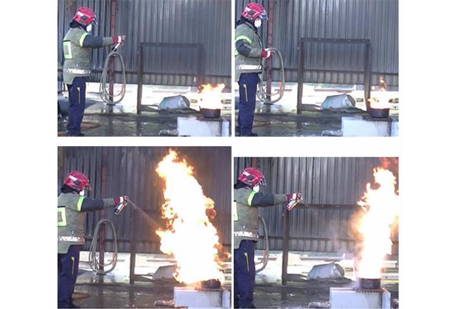 Bildet viser hvordan flammehøyden økte voldsomt da en frityrbrann ble forsøkt slukket med Elotec Elostop (venstre) og Brannstop (høyre). Ingen av dem klarte å slukke frityrbrannen og begge viste seg i tillegg å inneholde brannfarlig drivgass. Foto: DSB