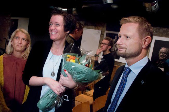 Fastlege ved Risavika Legesenter, Brit Hov, blir gratulert av helseminister Bent Høie.