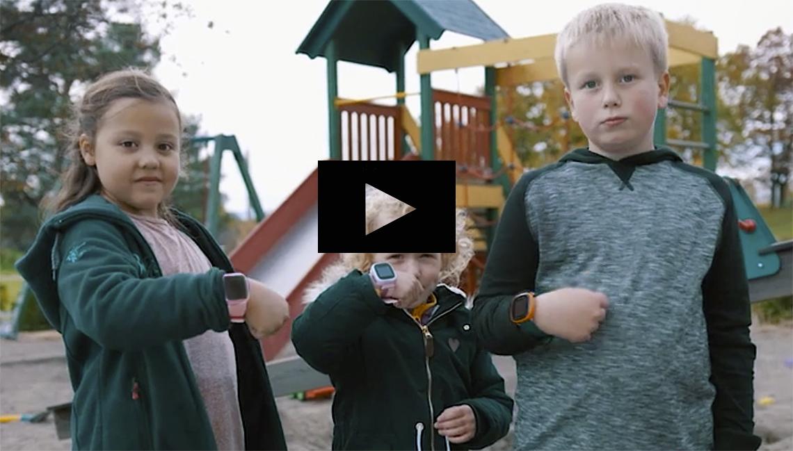 Bilde av barn med gps-klokker.Foto
