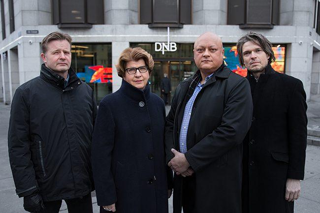 Randi Flesland og finansgruppen foran DNB.Foto