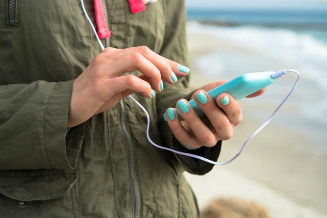 Kvinne holder mobiltelefon.foto