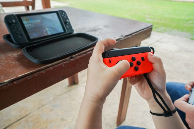 Person spiller på Nintendo.foto