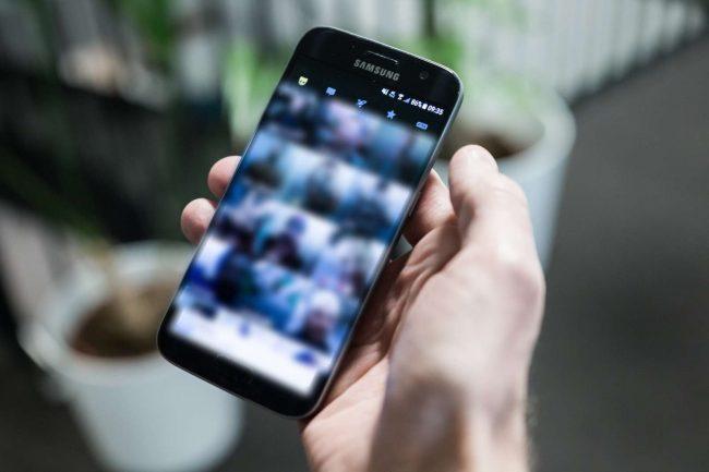 Mobiltelefon med datingappen Grindr.foto