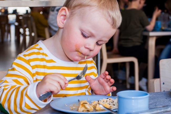 Gutt som spiser.Foto