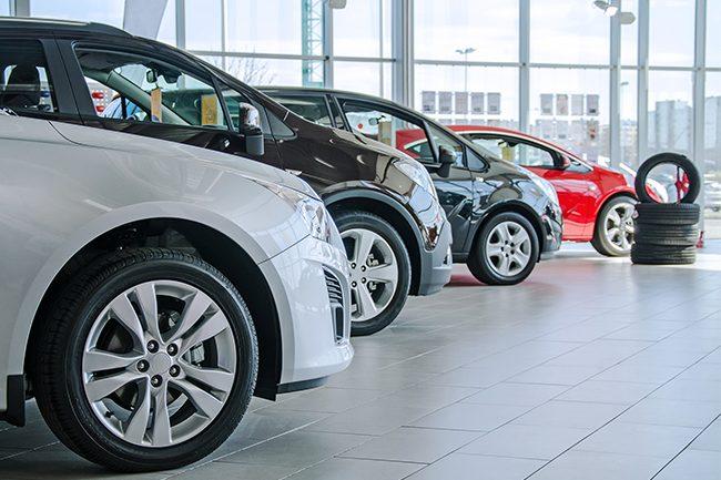 Nye biler i bilbutikk.Foto