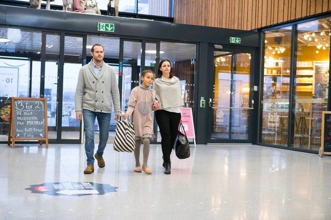 Mennesker på shoppingsenter.Foto
