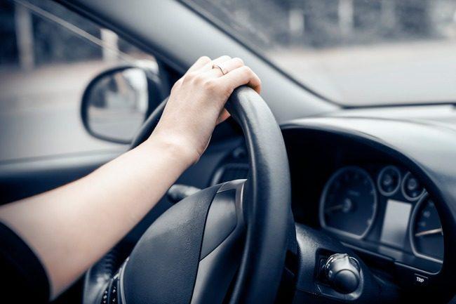 En hånd på rattet. Noen avtaler tillater kun en sjåfør av bilen som leies eller deles.