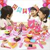 Jenter leker med kakesett.Foto