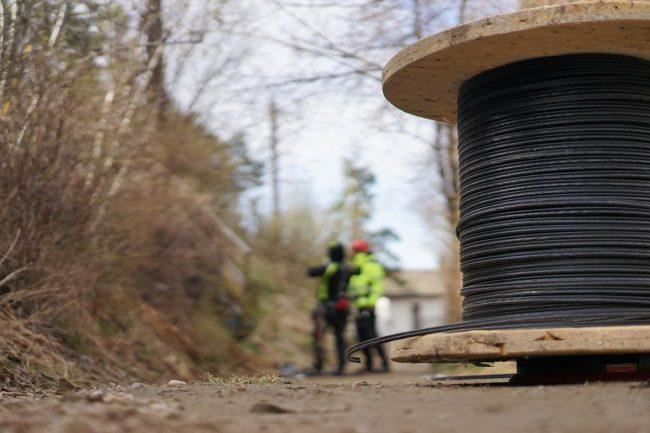 Selskapet Oneco monterer fiber til en privatkunde.foto