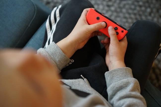 Gutt spiller Nintendo.foto